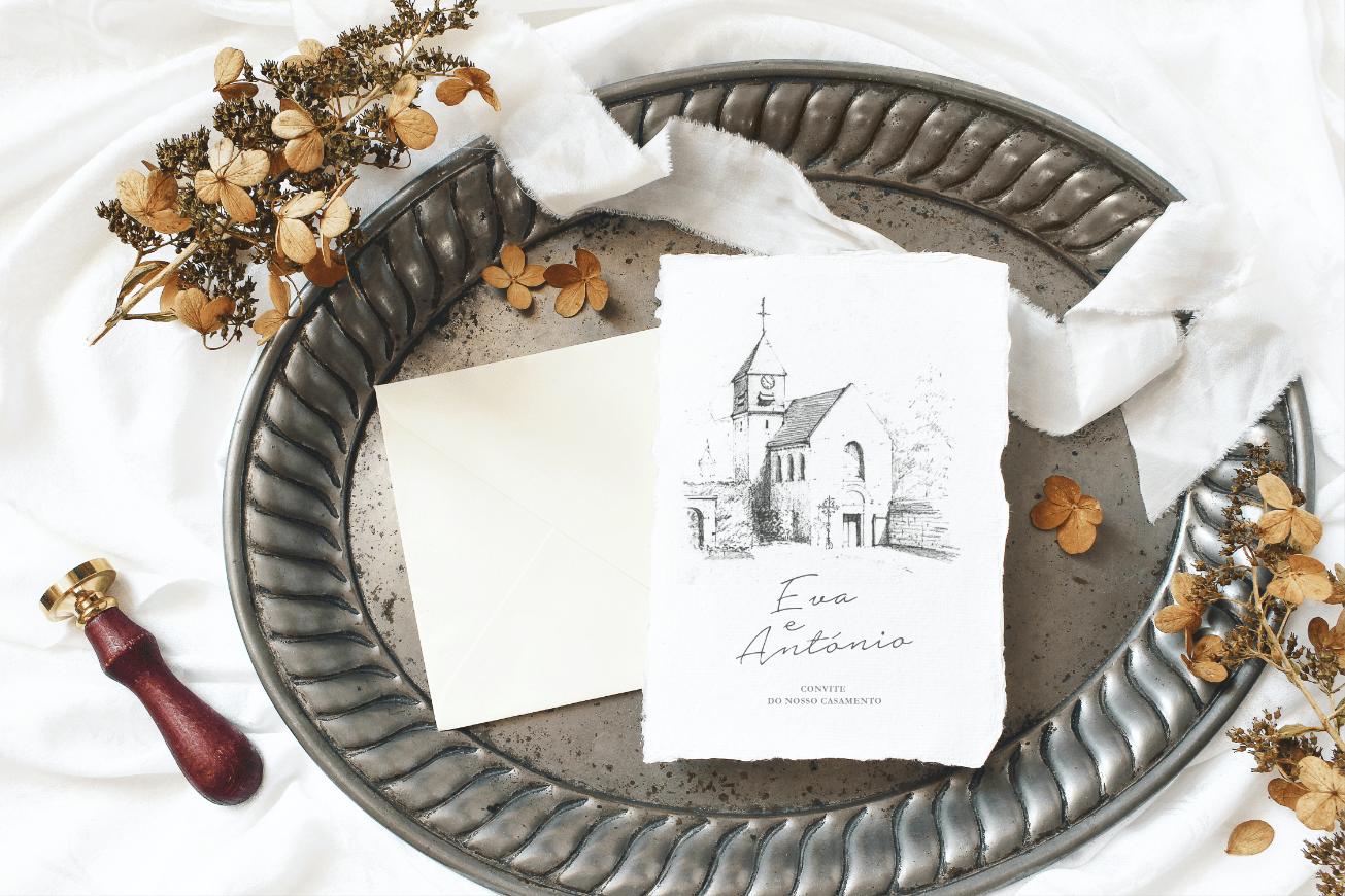 Convite de casamento branco de estilo ilustrativo com ilustração feita a mão numa bandeja prateada