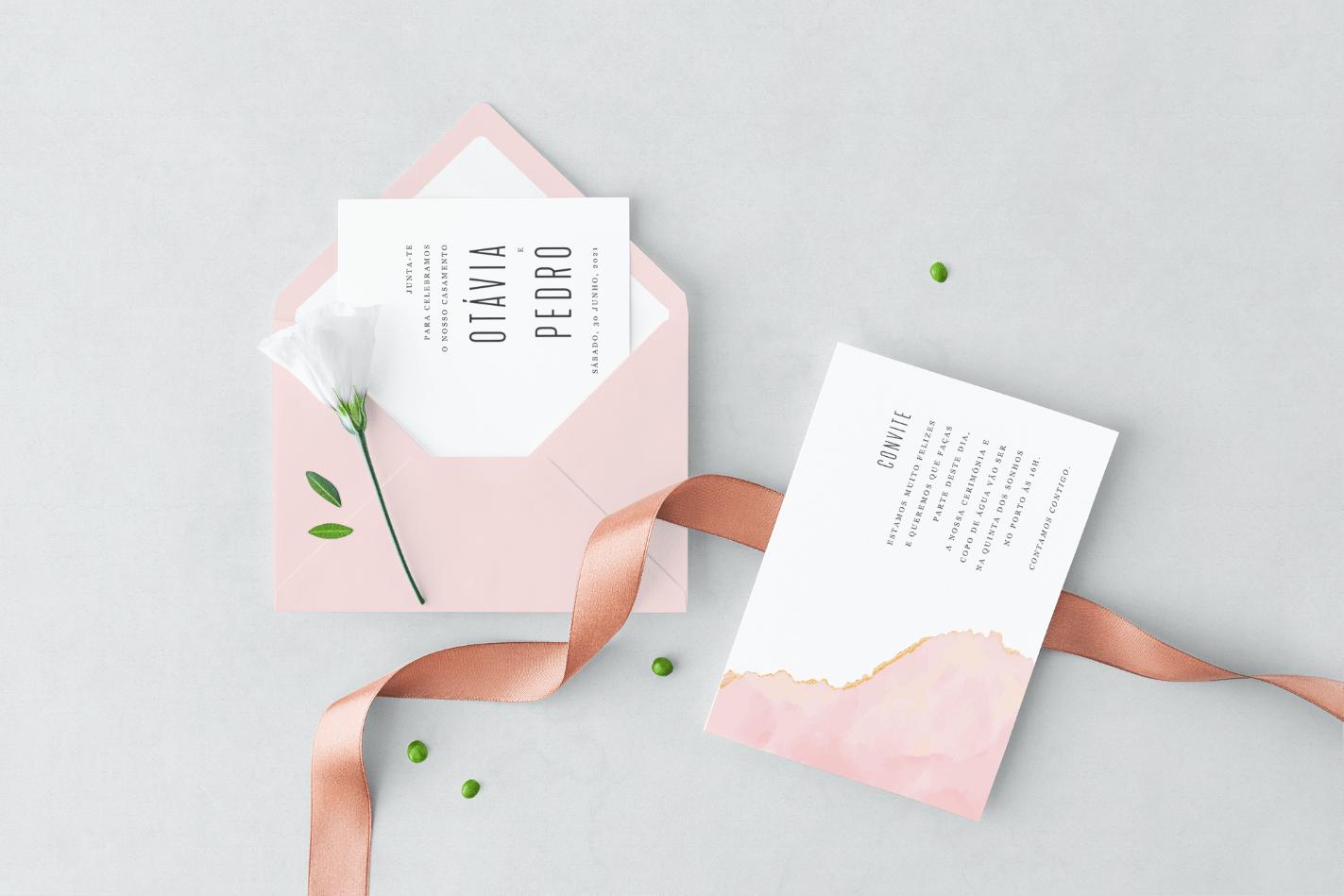 Convite de casamento branco com envelope cor de rosa
