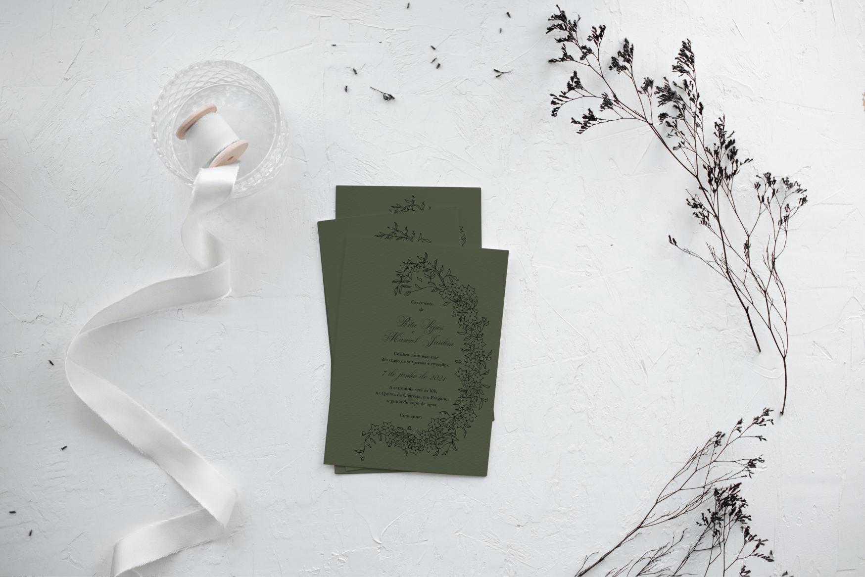 Convite de casamento verde de estilo floral com tipografia preta