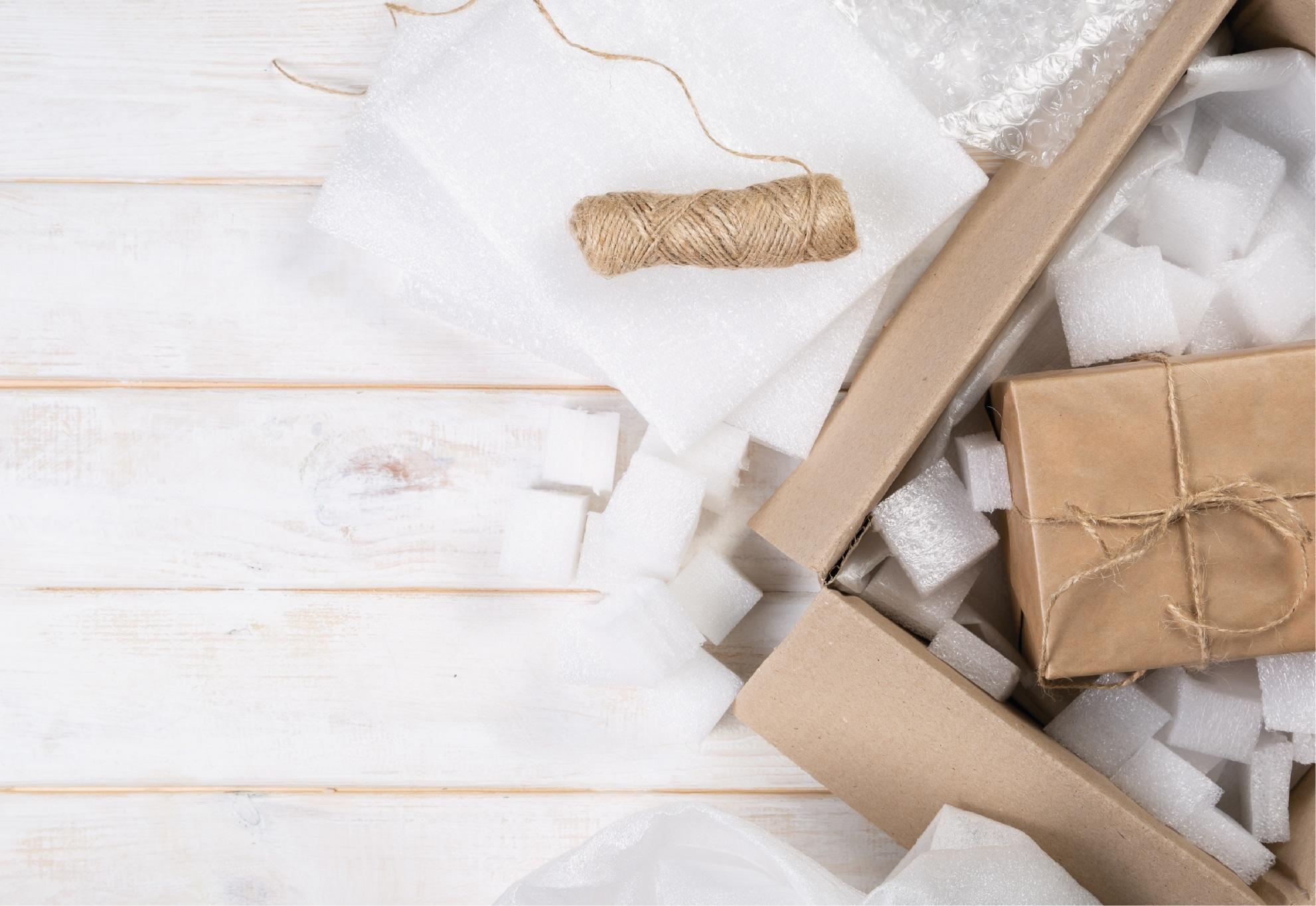 Caixa de entregas pergaminho com uma entrega com um cordão de cor castanha