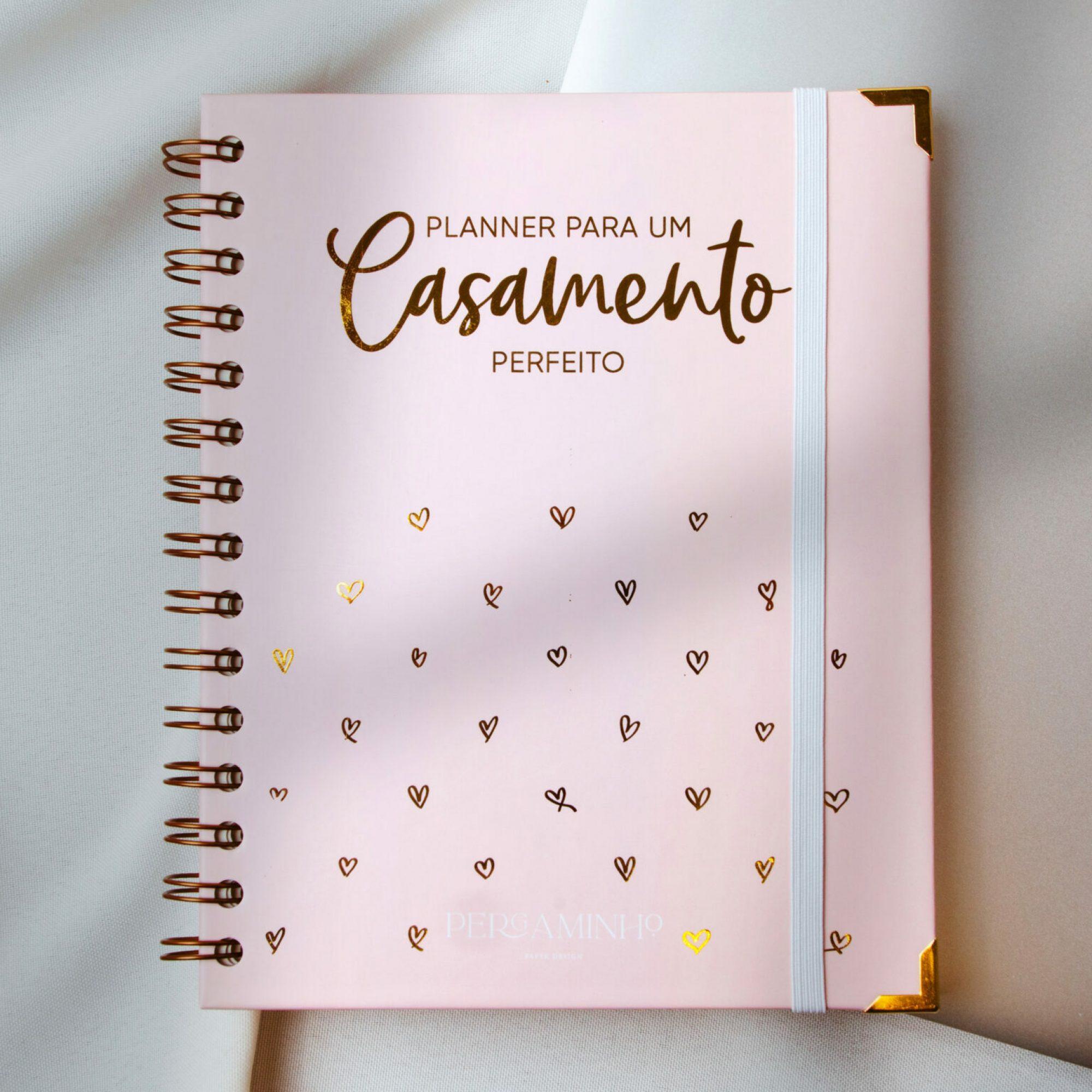 Agenda da noiva cor de roza com palavras em foil dourado e fita branca