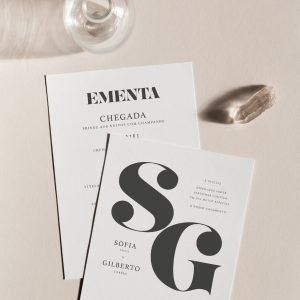 Convite de casamento de estilo tipografico com as letras SG pretas e fundo branco